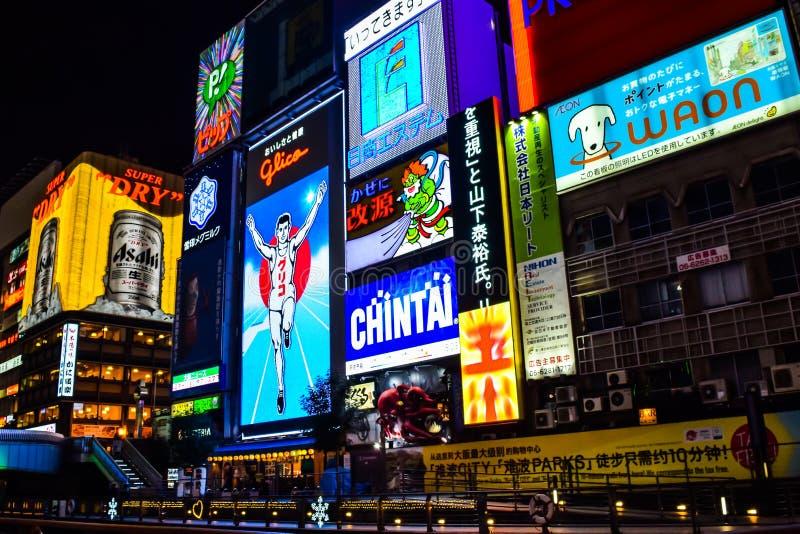 Осака, Япония - 15-ое декабря 2016: Взгляд господина Glico и других освещает афишу в ночи зимы на торговом районе Dotonbori стоковое изображение