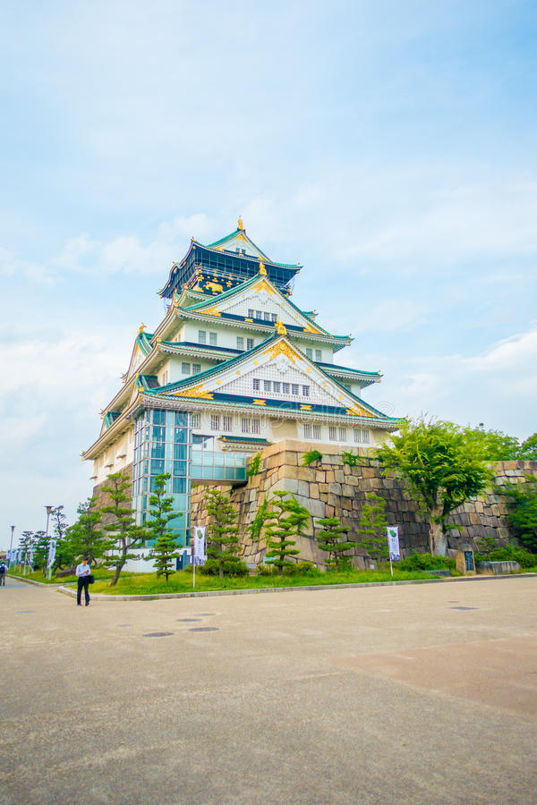ОСАКА, ЯПОНИЯ - 18-ОЕ ИЮЛЯ 2017: Замок Осака в Осака, Японии Замок одно из ` s Японии большинств известные ориентир ориентиры стоковая фотография