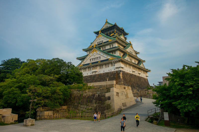 ОСАКА, ЯПОНИЯ - 18-ОЕ ИЮЛЯ 2017: Замок Осака в Осака, Японии Замок одно из ` s Японии большинств известные ориентир ориентиры стоковые фото