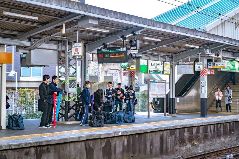 Осака, Япония - 3-ье марта 2018: Окружающая среда вокзала и платформы на станции Sakaihigashi после обеда, Осака, Япония стоковое фото rf