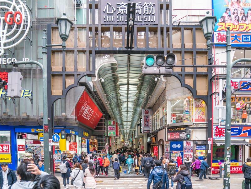 Осака, Япония - 3-ье марта 2018: Японский народ, путешественники, туристы, ходящ по магазинам и обедающ в юлить торговой улицы Sh стоковое изображение