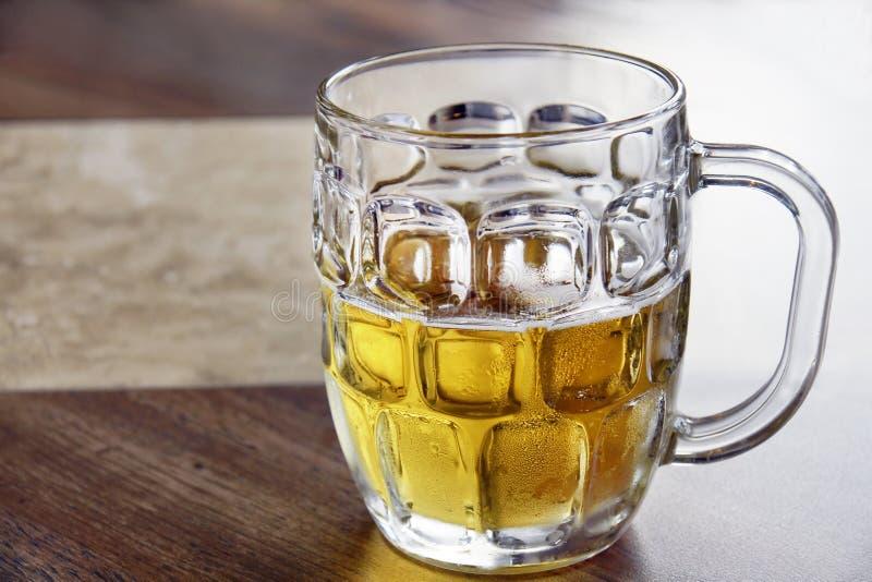 освежать холодного стекла bock пива стоковые фотографии rf