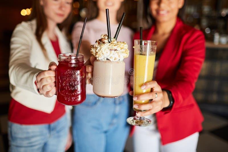 Освежая коктейли для партии стоковые фотографии rf