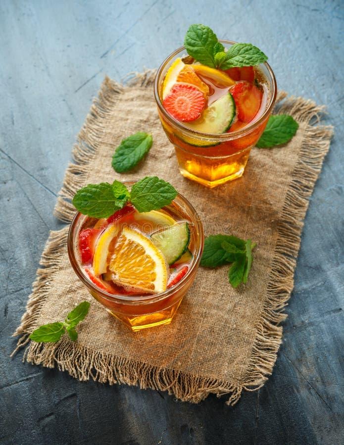 Освежая коктейль Pimms с фруктом и овощем стоковые фото