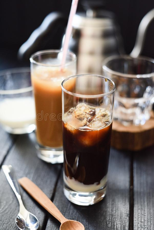 Освежая напиток Кофе со льдом со сконденсированным молоком в высокорослых стеклах на темной предпосылке стоковая фотография rf