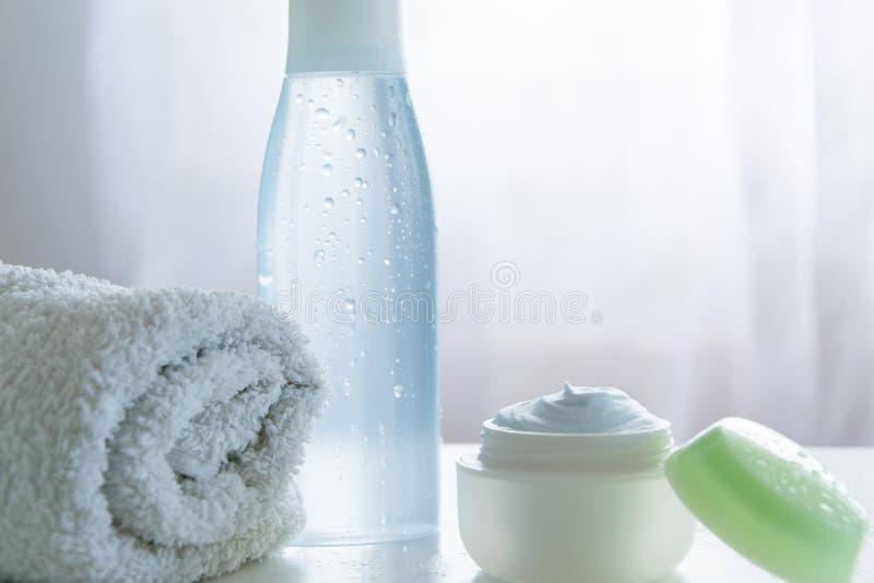 Освежая продукты заботы кожи Объекты косметик заботы здоровья/тела стоковые фотографии rf