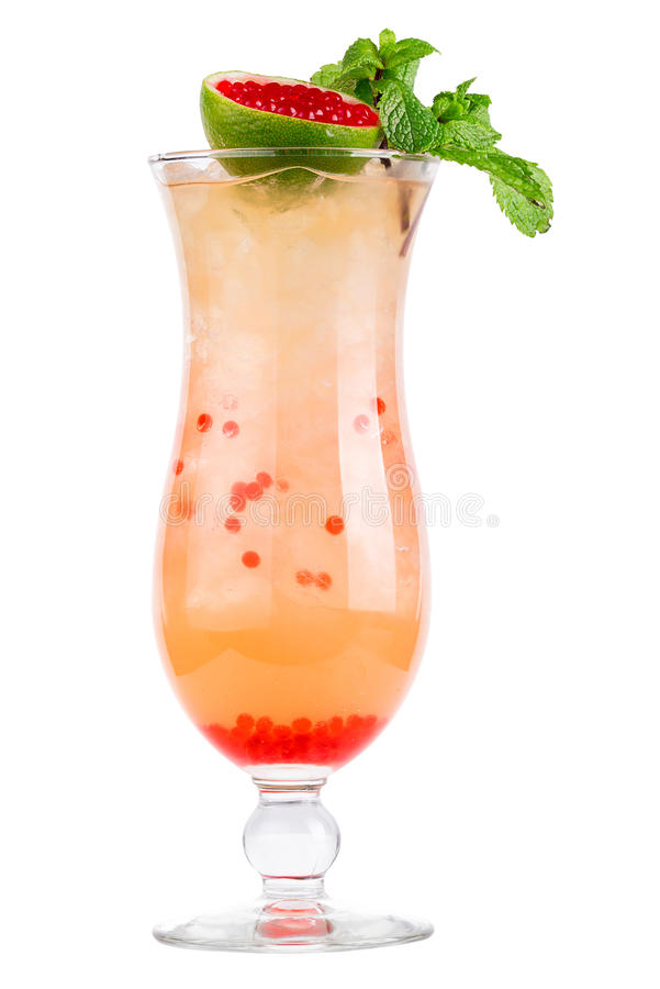 Освежая холодный коктеиль в стекле украшенном с известкой и мятой Коктеиль - молекулярная кухня стоковая фотография