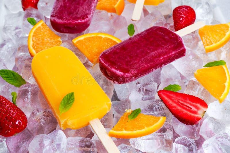 Освежая lollies popsicle плодоовощ на предпосылке с ягодами, пиперменте льда стоковые изображения