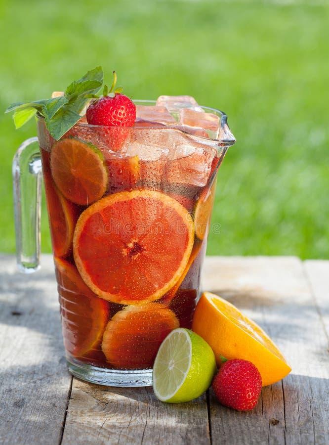 Освежая sangria плодоовощ (пунш) стоковые изображения