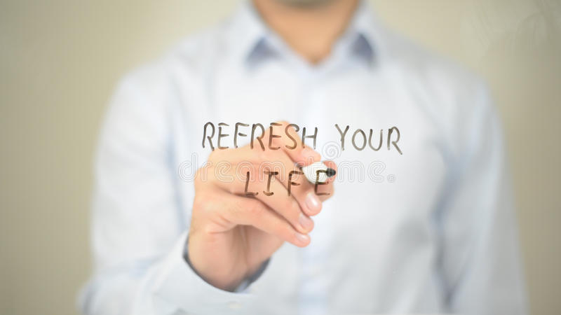 Освежите вашу жизнь, сочинительство человека на прозрачном экране стоковые изображения rf