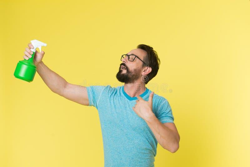 Освежите концепцию Бородатый человек освежает брызгать воду Человек освежает с бутылкой брызга Время освежить стоковое фото rf