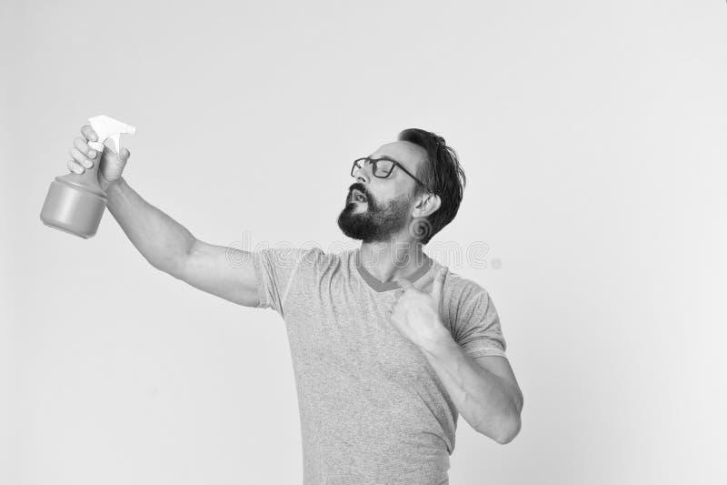 Освежите концепцию Бородатый человек освежает брызгать воду Человек освежает с бутылкой брызга Время освежить стоковое изображение