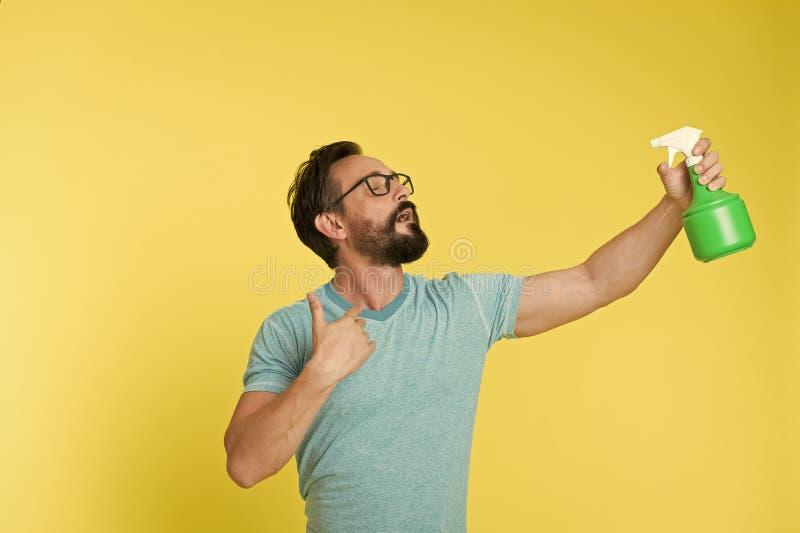 Освежите концепцию Бородатый человек освежает брызгать воду Человек освежает с бутылкой брызг Время освежить стоковые фото