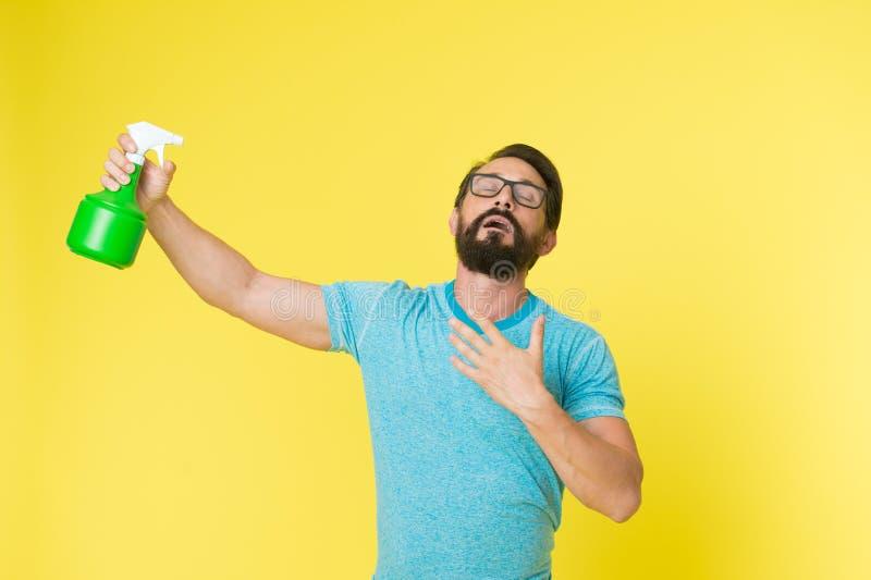 Освежите концепцию Бородатый человек с eyeglasses освежает брызгать воду Человек освежает с предпосылкой бутылки брызг желтой стоковые фото