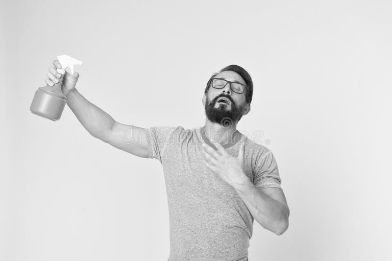 Освежите концепцию Бородатый человек с eyeglasses освежает брызгать воду Человек освежает с предпосылкой бутылки брызг желтой стоковые фотографии rf