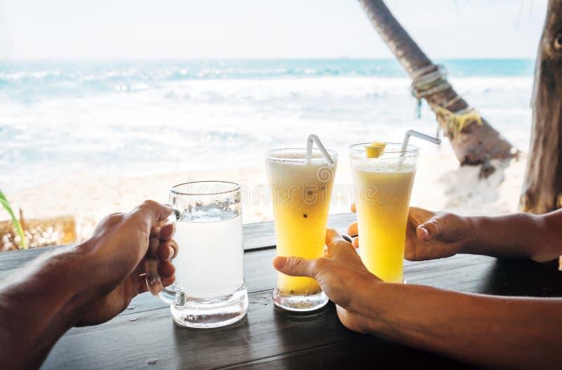 Освежите тропические пить: коктеиль ананаса и лимонад имбиря стоковое фото