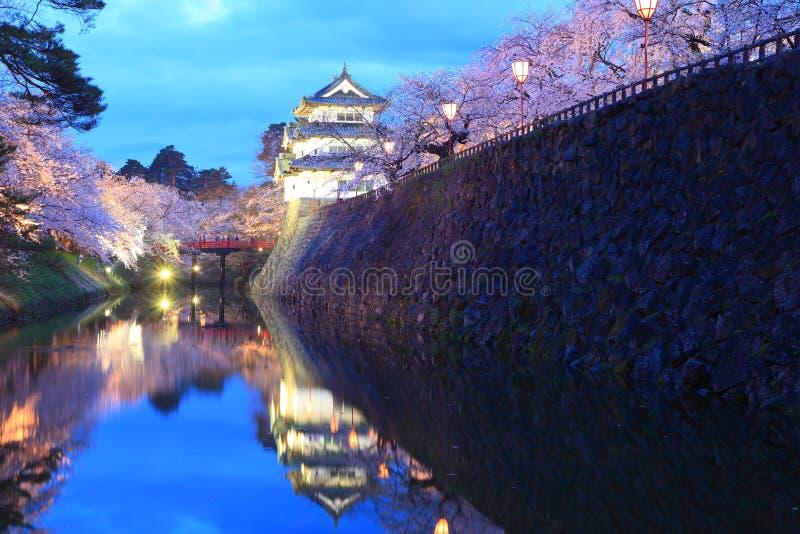 Осветите вверх замка и вишневых цветов Hirosaki стоковое фото