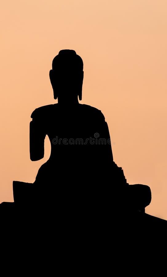 Осветите силуэт контржурным светом статуй Будды в виске стоковая фотография rf