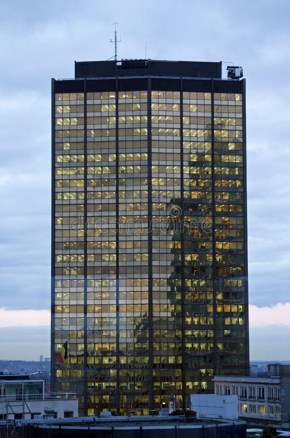 освещает башню офиса стоковые изображения rf