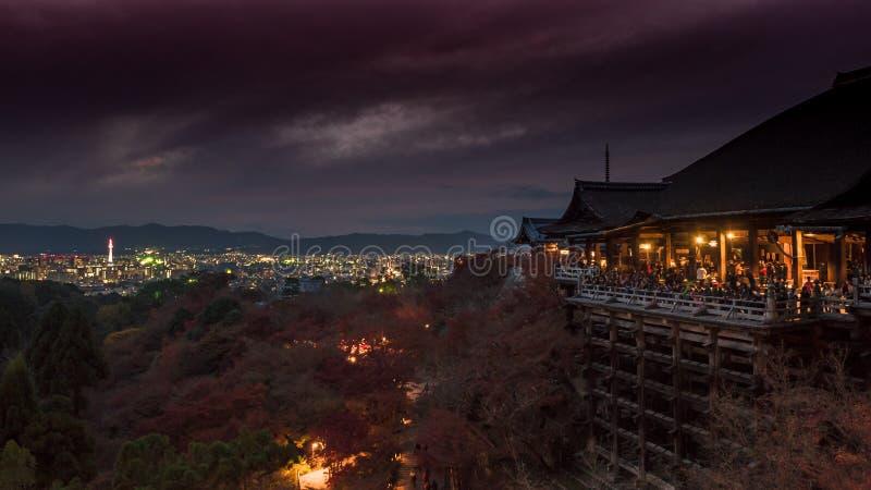Освещать от башни Киото и старого виска в ноче на kiy стоковое фото