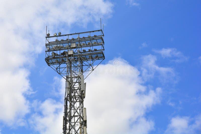 Освещать поддержку Освещение столба стадиона Высокорослый штендер с фарами для того чтобы осветить футбольный стадион против неба стоковые изображения