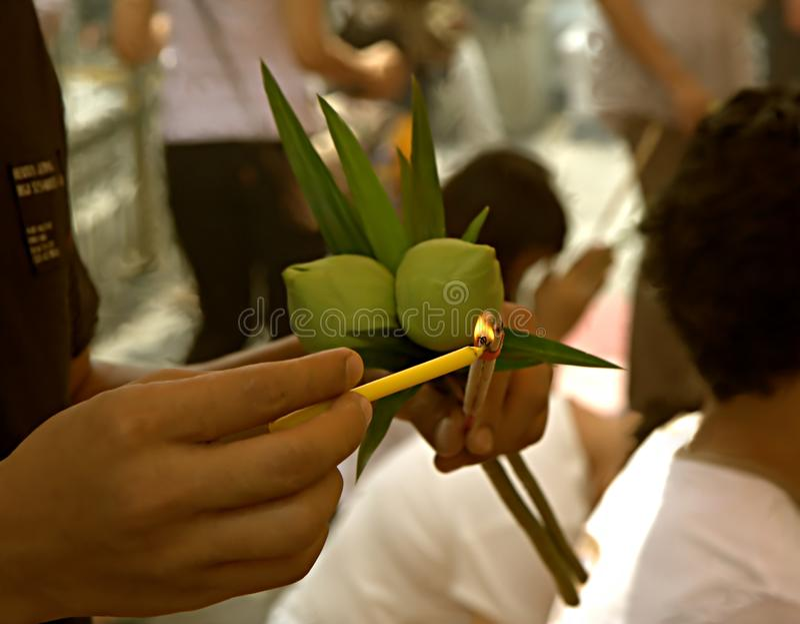 Освещающ вверх по ручке ладана в буддийском виске, Бангкок, Thail стоковая фотография rf