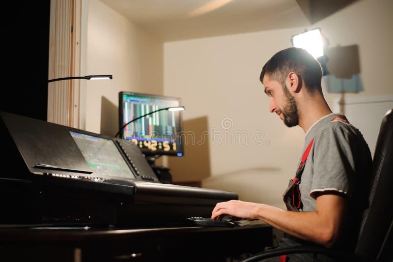 Освещая инженер работает с управлением техников светов стоковое изображение rf