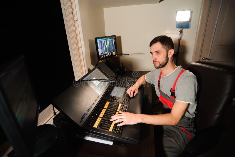 Освещая инженер работает с управлением техников светов стоковое изображение