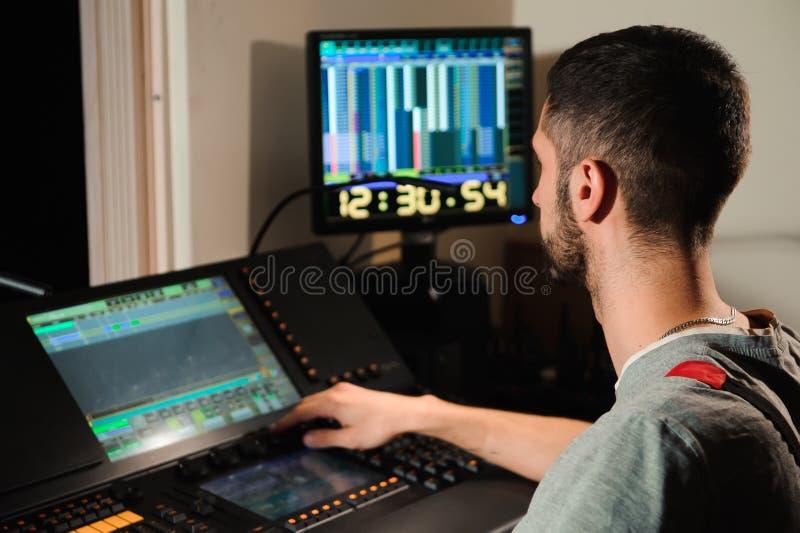 Освещая инженер работает с управлением техников светов стоковая фотография rf