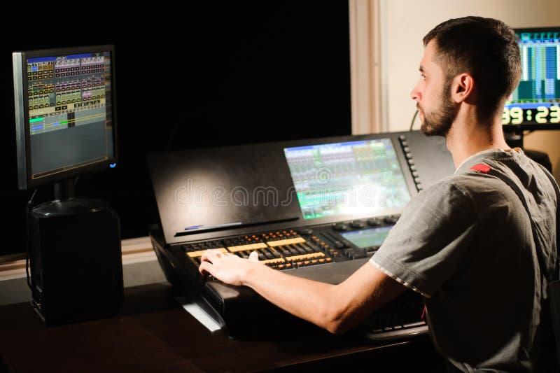 Освещая инженер работает с управлением техников светов стоковые изображения rf