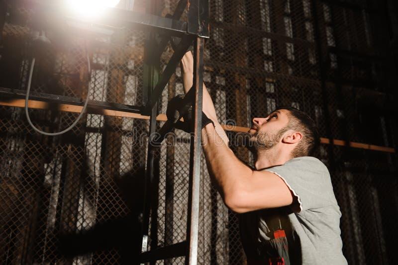 Освещая инженер регулирует света на этапе около сцен стоковая фотография
