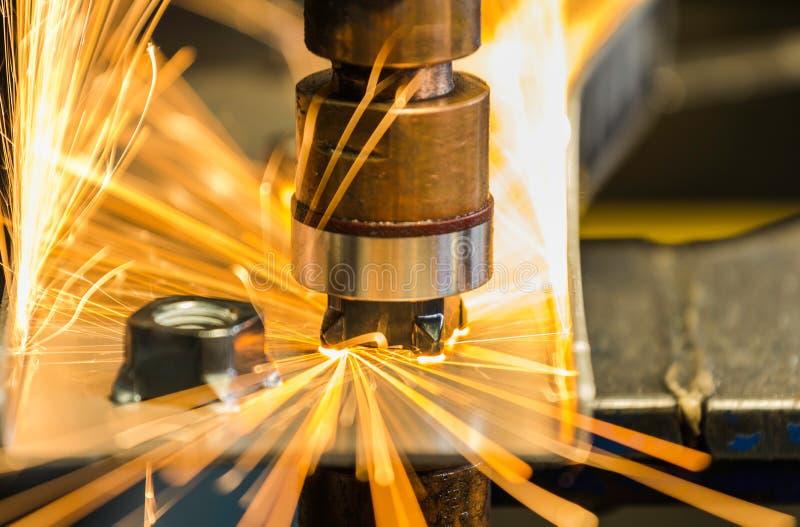 Освещение автоматической машины гайки пятна сваривает гайку к части металла стоковые фото