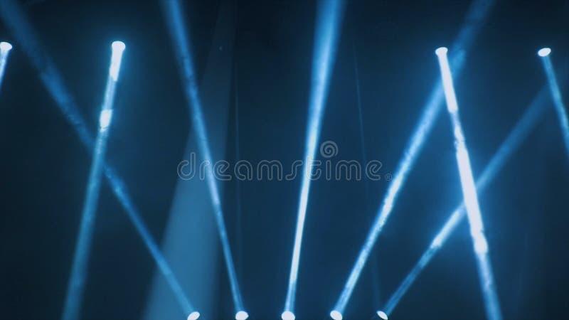 Освещение концерта против темного ilustration предпосылки Фара на этапе Свободный этап с светами, приборами освещения стоковые фотографии rf