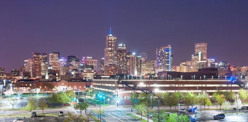 Освещение ночи городского пейзажа городского горизонта города Денвера Колорадо городское стоковые фотографии rf