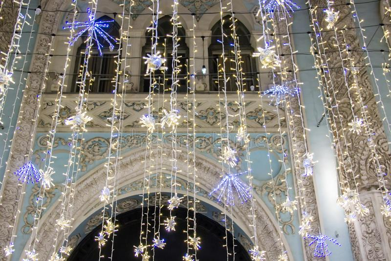 Освещение праздников рождества и Нового Года на улице Nikolskaya около Москвы Кремля вечером, Россия стоковая фотография rf
