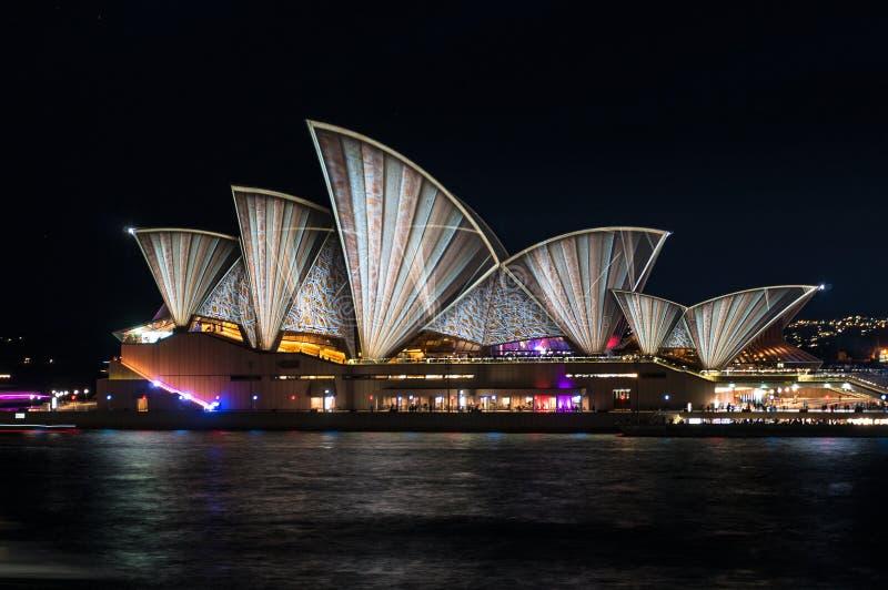 Освещение Songlines оперного театра Сиднея во время яркого фестиваля Сиднея стоковое фото