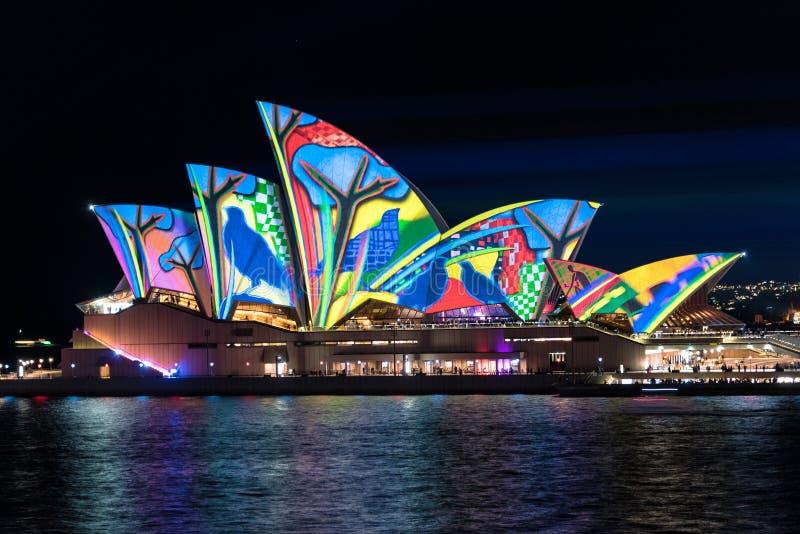 Освещение Songlines оперного театра Сиднея во время яркого Fe Сиднея стоковая фотография