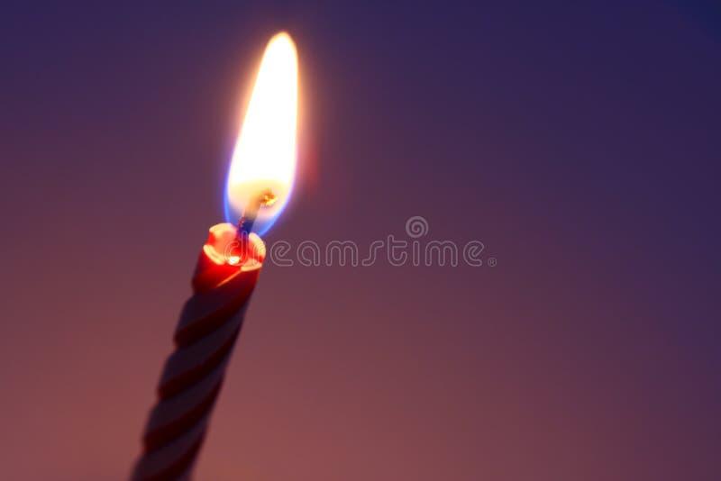 освещенная свечка дня рождения стоковые фото