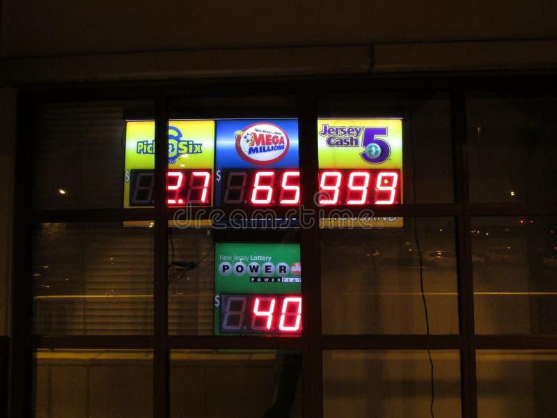 Освещенные лотереи подписывают на вокзале Edison, NJ США стоковые изображения
