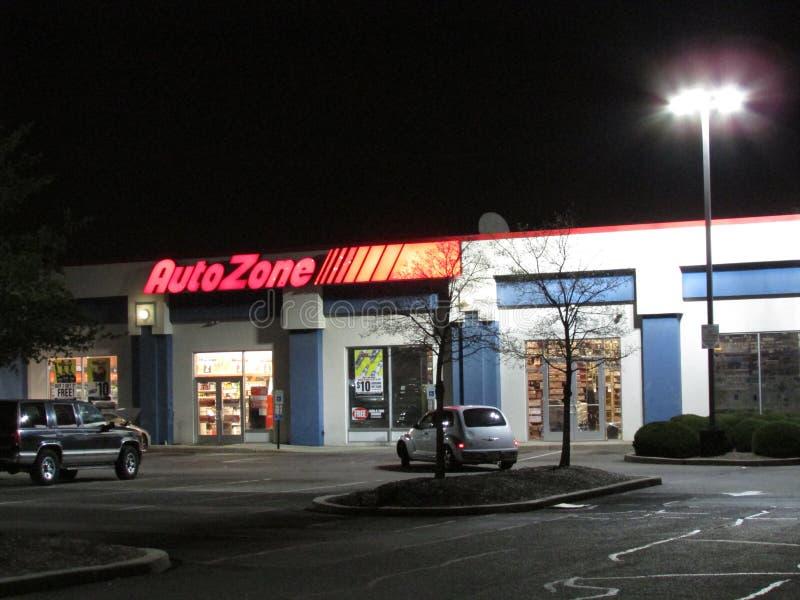 Освещенный знак магазина частей автомобиля AutoZone на Rt 1 в Edison, NJ США стоковые изображения rf