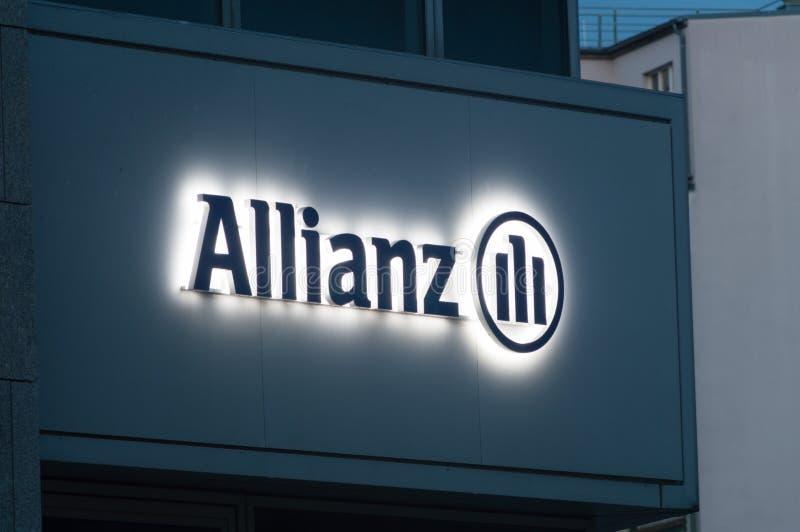 Освещенный логотип allianz и подписывает внутри Берлин Allianz европейская компания финансовых обслуживаний размещанная штаб в Мю стоковые изображения rf