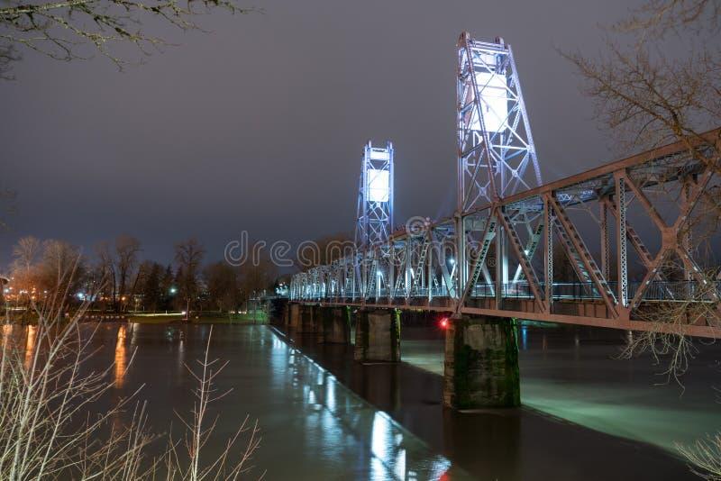 Освещенный пешеходный мост пересекая берег реки p реки Willamette стоковая фотография