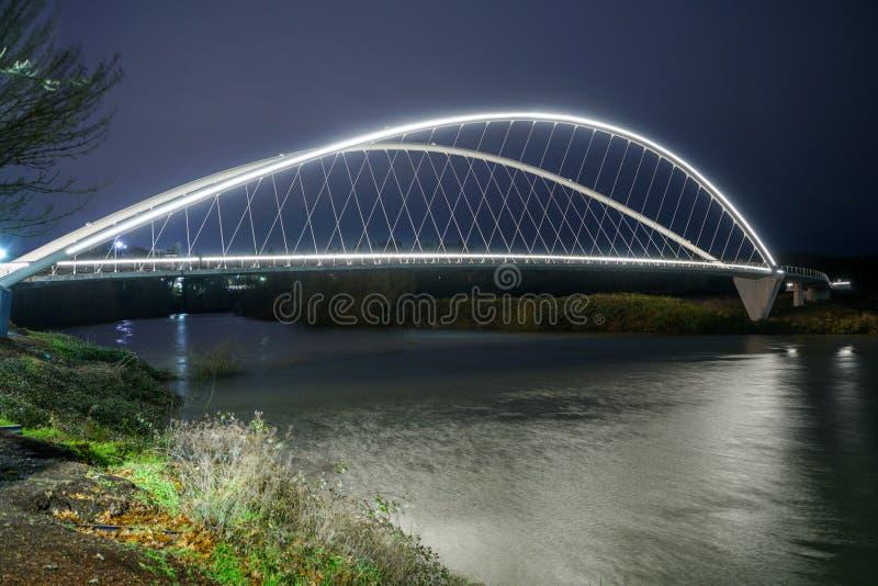 Освещенный пешеходный мост пересекая берег реки p реки Willamette стоковое фото rf