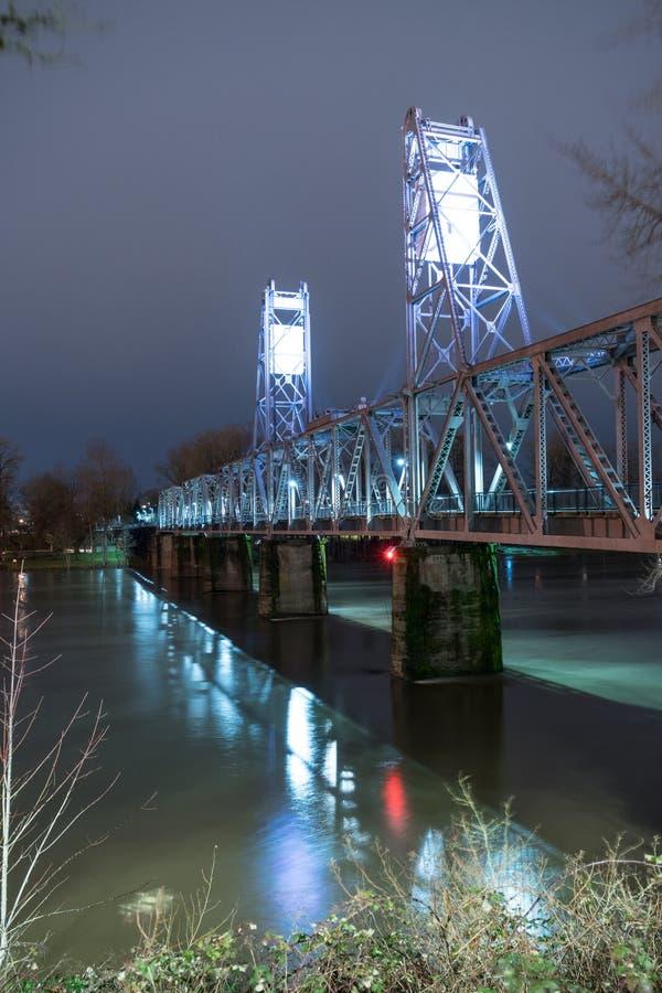 Освещенный пешеходный мост пересекая Willamette Tr преобразованный рекой стоковое фото rf