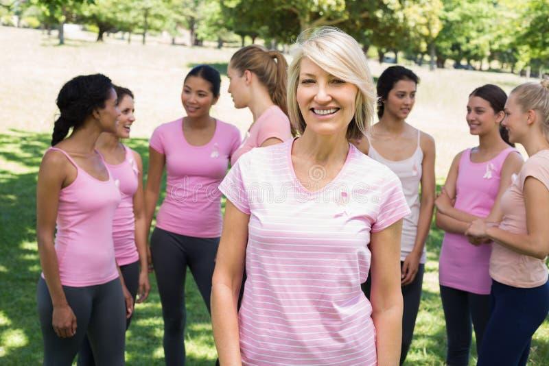 Осведомленность рака молочной железы уверенно женщины поддерживая стоковая фотография