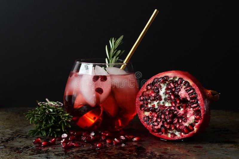 освобоженные зерна коктеила изолированные над рюмкой белизны pomegranate стоковая фотография rf