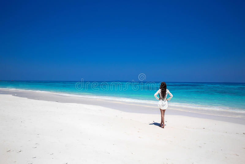 Освободите счастливую женщину наслаждаясь тропическим пляжем, девушкой идя на экзотическое стоковое изображение