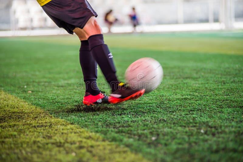Освободите футбол игры пинком стоковая фотография