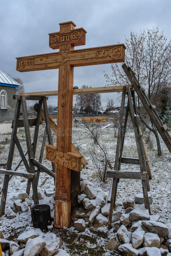 Освящение мемориального правоверного креста около виска в зоне Kaluga России стоковые фотографии rf