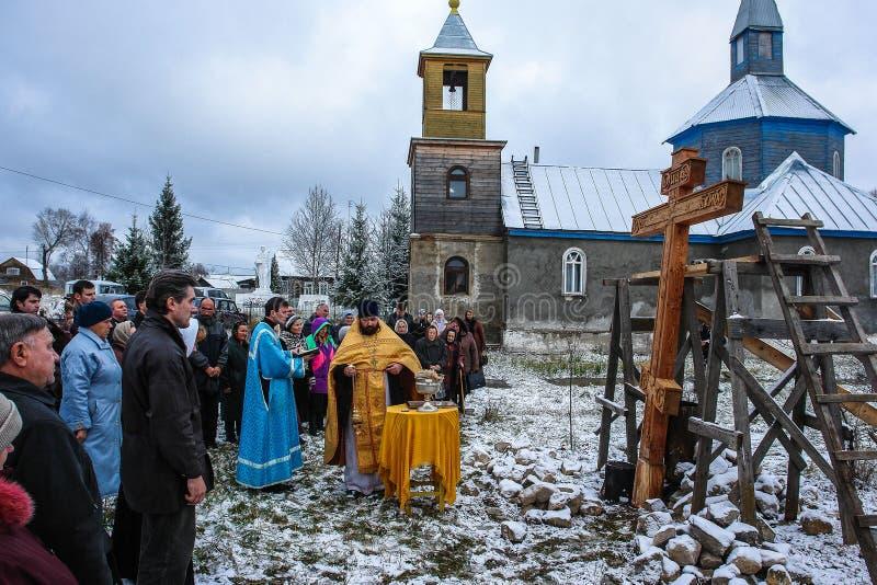 Освящение мемориального правоверного креста около виска в зоне Kaluga России стоковые изображения